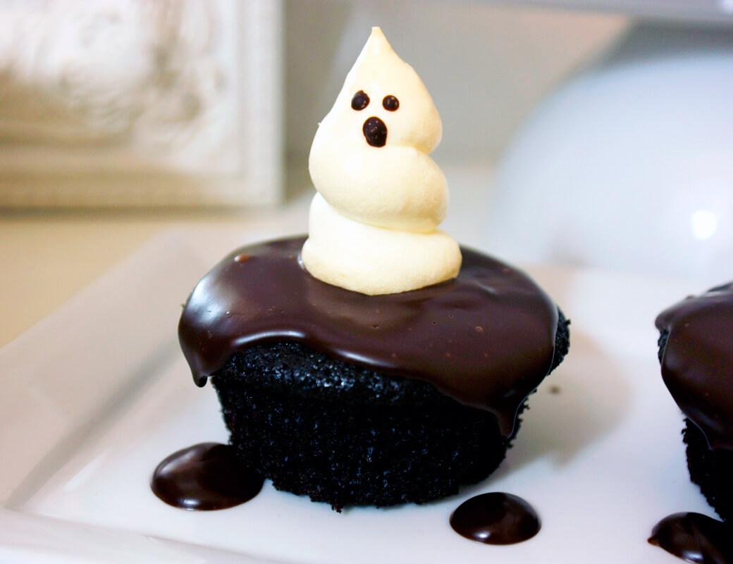 rezept f r schoko cupcakes mit baisergeistern. Black Bedroom Furniture Sets. Home Design Ideas