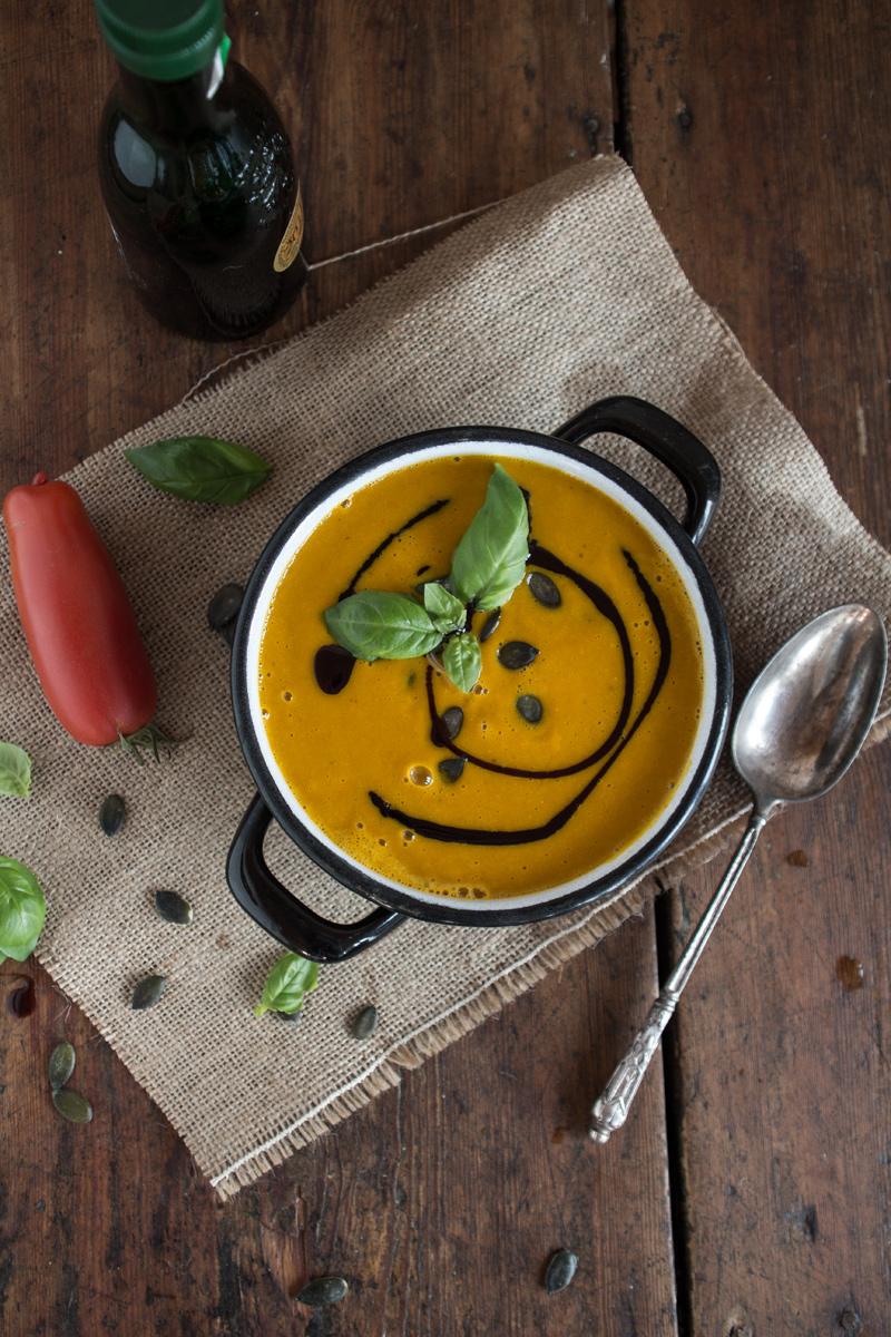 Geröstet Kürbis- und Tomatencremesuppe {flowers on my plate}